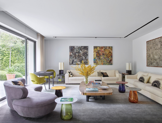 큐레이션을 통해 예술적인 공간이 된 파리 외곽 저택