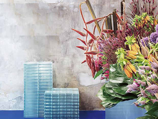 꽃이 놓인 건축